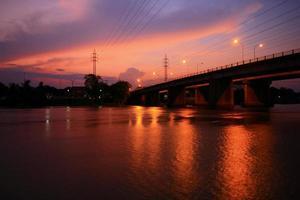 silhouet brug rivier foto