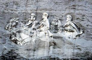 een afbeelding afgebeeld op deze stenen berg van mannen foto