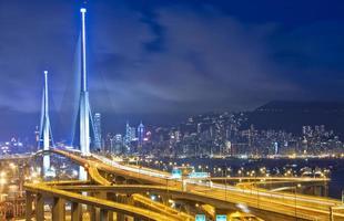 snelweg in de stad 's nachts foto