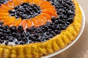 taart met bosbessen en abrikozen met vers fruit foto