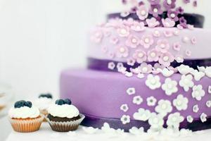 huwelijkssnoepjes, bosbessencake foto