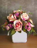 gedroogde bloem op tafel foto