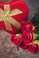 mooie bloemenrozen en decoratief hart foto