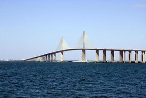zonneschijn over de skyway-brug over de diepblauwe zee foto