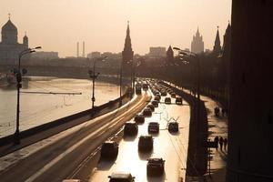 zonsondergang over de rivier van Moskou foto