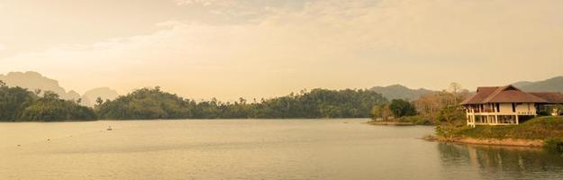 Ratchaprapha dam in surat thani provincie, thailand foto