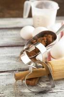 ingrediënten voor het bakken van valentijn koekjes. foto