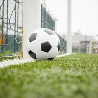 voetbal op het veld foto