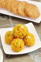 Indiase snoepjes motichoor laddu of laddoo foto