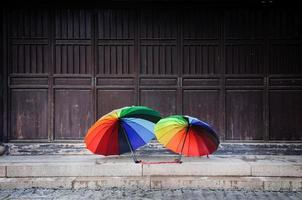 regenboogparasols in de oude stad van suzhou, china foto