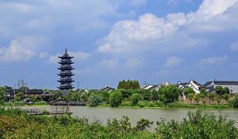 traditionele tempel in wuzhen water dorp overdag in china foto