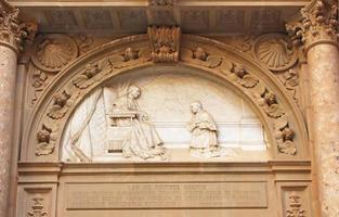 sculptuur in atrium op benedictijnenabdij in montserrat, Spanje foto