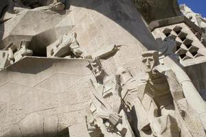 gaudi sculpturen op de gevel van de sagrada familia foto