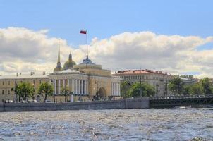 rusland, st. petersburg, rivier de neva, de admiraliteit foto