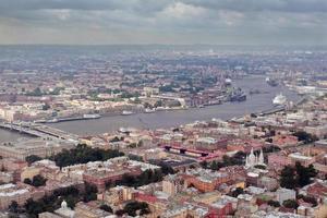 luchtfotografie een europese stad, verdeelde bevaarbare rivier. foto