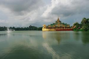 shwedagon pagode en karaweik paleis, yangon, myanmar.