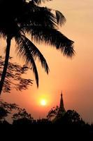 uitzicht vanaf kandawgyi meer bij zonsondergang foto
