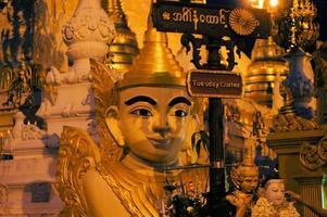 Boeddhabeeld in Shwedagon, Yangon, Birma foto