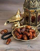 klassieke Arabische lampen, dadels en rozenkrans foto