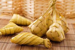 ketupat of rijst knoedel. foto