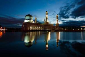Kota Kinabalu-moskee bij dageraad in Sabah, Oost-Maleisië, Borneo