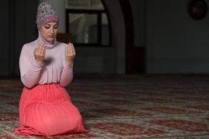 jonge moslimvrouw bidden
