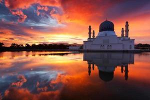 prachtige Kota Kinabalu stadsmoskee bij zonsopgang in Sabah, Maleisië