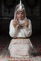 nederige moslim gebed vrouw