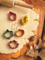 het snijden van koekjesdeeg zelfgemaakt voor halloween en dankzegging foto