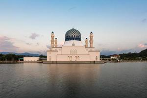 Kota Kinabalu City drijvende moskee, Sabah Borneo, Oost-Maleisië foto
