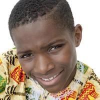 Afro jongen lachend, tien jaar oud, geïsoleerd foto