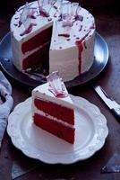 rood fluwelen cake versierd voor halloween foto