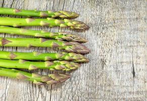 asperges op houten tafel foto