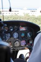 in de cockpit van een klein vliegtuig foto