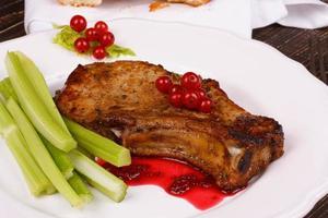 gebakken karbonade met rode bessensaus en selderij