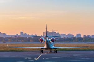 business jet op het platform voor vliegtuigen. het vliegtuig tegen