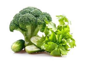 samenstelling van broccoli, komkommers en selderij foto