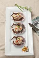 overzicht van tonijnsalade op schelpen. foto
