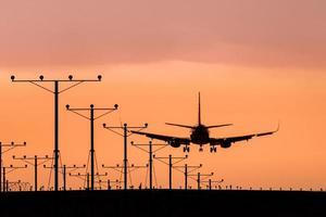 jet landing bij zonsondergang foto