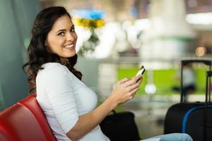 mooie vrouw met behulp van tablet-computer op de luchthaven