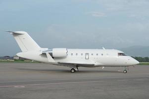 zakelijke jet vliegtuig op de grond foto
