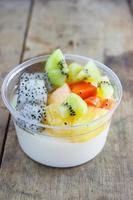 fruitsalade topping op tofu, melk foto
