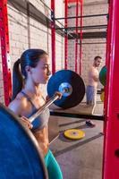 barbell gewichtheffen groep Gewichtheffen op sportschool foto