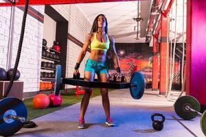 hex dead lift schouderophalen bar deadlifts vrouw bij gymnastiek foto