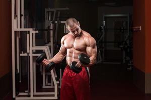 bodybuilder oefenen met halters