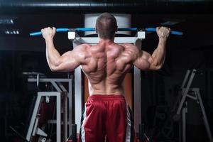 jonge bodybuilder die zwaargewicht oefening voor rug doet foto