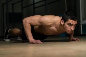 jonge man doet pushups foto
