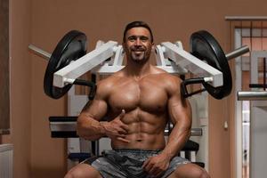 bodybuilder die oefening voor schouders doet