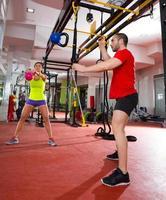 gym fitness kettlebells swing oefening training in de sportschool foto