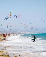 kiters op het strand in tarifa, spanje foto